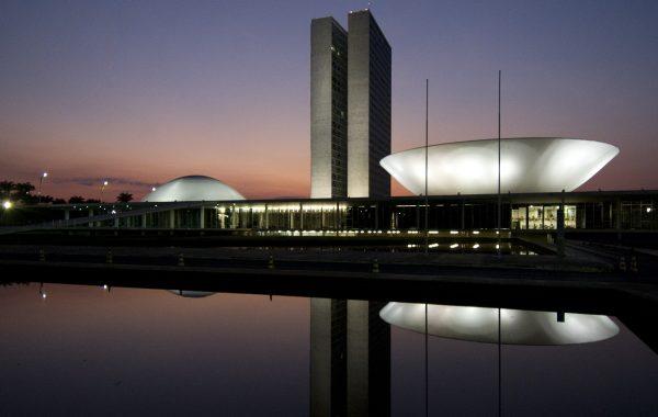 Senado Federal ilumina prédio em alusão a Doença Rara