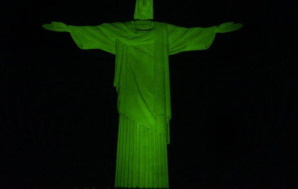 Cristo Redentor iluminado de verde alerta para doença rara confundida com esclerose múltipla